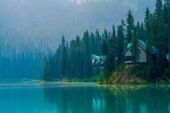 Cabines, lago esmeralda imagem de stock royalty free