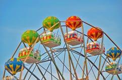 Cabines multicolores de jour d'été de roue de ferris Bord de mer en Bulgarie, sables d'or image libre de droits