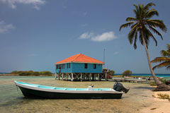 Cabines op stelten op het kleine eiland van Tabak Caye, Belize stock afbeeldingen