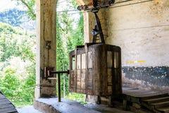Cabines oxidadas e funcionando soviéticas velhas do ropeway ou do teleférico em Chiatura fotos de stock