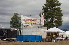Cabines que estão sendo estabelecido-seas em um país favoravelmente em Colorado Imagem de Stock Royalty Free