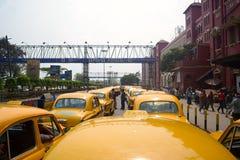 Cabines sur le support de taxi près de la gare ferroviaire Photo stock