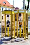 Cabines téléphoniques jaunes avec des cabines téléphoniques bialystok Image libre de droits