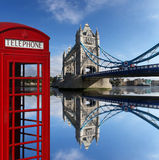 Cabines téléphoniques rouges avec le pont de tour à Londres, U Images stock