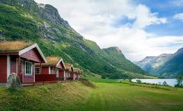 Cabines vermelhas com grama nos telhados, Noruega fotografia de stock royalty free