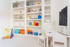 Cabinet complètement des jouets Photographie stock libre de droits