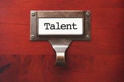 Cabinet en bois de bureau avec le label de dossier de talent Photographie stock libre de droits