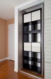 Cabinet intégré avec l'organisation de stockage de rayonnage de porte coulissante Photographie stock libre de droits