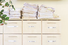 Cabinete de archivo y una pila de papeles viejos Imagen de archivo