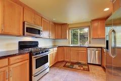 Cabinetry de cuisine d'érable et appareils d'acier Rue Ligth Photos stock