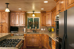 Cabinetry de luxe moderne spacieux de cuisine Photo stock