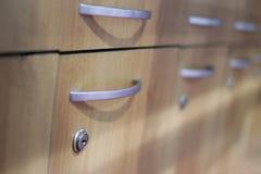 Cabinets dans la salle de forme physique, piscine photos stock