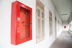 Cabinets pour des extincteurs dans le bâtiment abandonné Image libre de droits