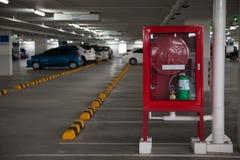 Cabinets pour des extincteurs dans le stationnement Photos stock