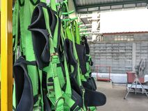Cablaggio pieno che appende sullo scaffale, dispositivi di protezione individuale del corpo per il lavoro di altezza immagine stock