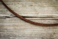 Cable abstracto del hierro en la madera Fotografía de archivo