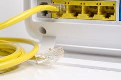 Cable amarillo de la comunicación con el módem aislado imágenes de archivo libres de regalías