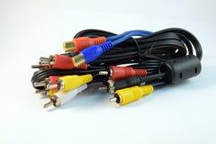 Cable de audio y vídeo del primer en el fondo blanco imagenes de archivo