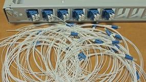 Cable de fibra óptica con los cordones de remiendo Foto de archivo libre de regalías