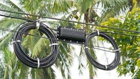 Cable de fibra óptica negro usado en telecomunicaciones Imagen de archivo