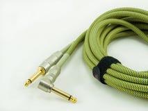 Cable de la guitarra en el fondo blanco Imagen de archivo libre de regalías