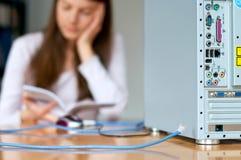 Cable de la mujer del ordenador Imagen de archivo libre de regalías