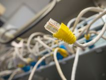 Cable de la red RJ45 fuera de la desconexión de la ranura a la red imágenes de archivo libres de regalías