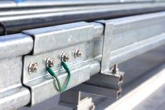 Cable de vinculación de tierra entre dos escaleras del cable Foto de archivo