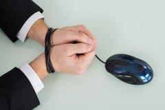 Cable del ratón de Person Wrist Tied With Computer imagenes de archivo