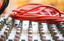 Cable desenchufado en cierre audio del mezclador del estudio para arriba Fotografía de archivo libre de regalías