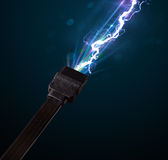Cable eléctrico con el relámpago de la electricidad que brilla intensamente Imágenes de archivo libres de regalías