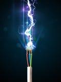 Cable eléctrico con el relámpago de la electricidad que brilla intensamente Fotografía de archivo libre de regalías