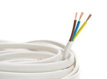 Cable eléctrico en el fondo blanco imagenes de archivo