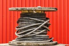 Cable eléctrico en el tambor de madera Imagen de archivo libre de regalías
