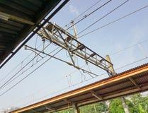 Cable eléctrico en la línea depok admitido foto Jakarta Indonesia del viajero de la estación de tren foto de archivo