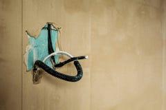 Cable el?ctrico en la pared Construcci?n y reparaci?n fotos de archivo libres de regalías