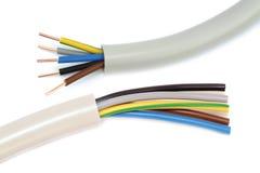 Cable eléctrico en un fondo blanco Billete de banco reajustado nuevo lanzamiento del dólar Foto de archivo