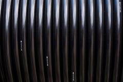 Cable eléctrico negro en carrete Fotos de archivo