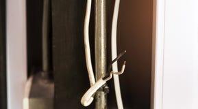 Cable eléctrico viejo y dañado imagen de archivo