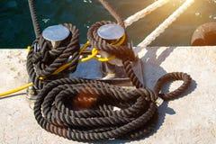 Cable que amarra marino en el embarcadero fotografía de archivo libre de regalías