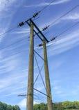 Cable terrestre de la electricidad con postes Imagen de archivo libre de regalías