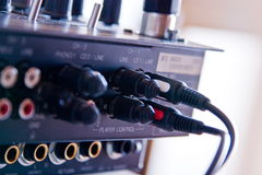 Cable y contactos en la tarjeta DJ Foto de archivo