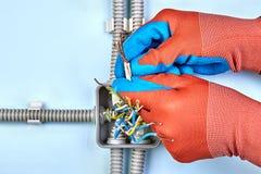 Cableado de cobre torcido por el electricista foto de archivo