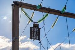Cableado de la línea eléctrica y sistema de los aisladores Fotografía de archivo libre de regalías