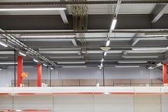 Cableado del techo, marco del techo hecho de perfil del metal imagenes de archivo