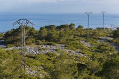Cableado eléctrico en las montañas fotografía de archivo