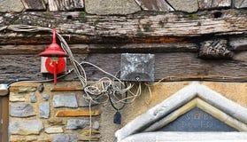 Cableado eléctrico peligroso, aventurado, atando con alambre el exterior del una casa vieja en Ruán, Francia imágenes de archivo libres de regalías