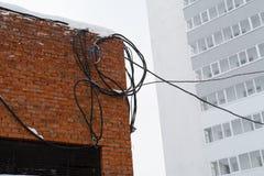 Cableado eléctrico peligroso y pobre imagen de archivo
