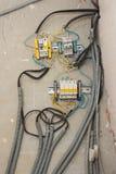 Cableado hecho en casa de la electricidad en el techo del apartamento fotos de archivo libres de regalías