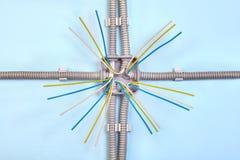 Cableado montado superficial en la caja de conexiones eléctrica foto de archivo